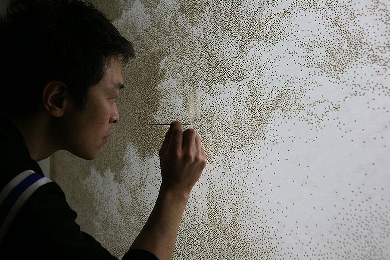 Artista quema agujeros en papel con palitos de incienso para impresionante arte del puntillismo