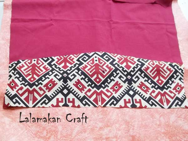 Letakkan potongan kain batik di atas potongan kain polos