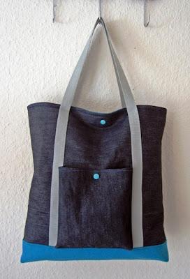 Shopper im Materialmix aus robusten Jeansstoff und Wollfilz ist Frau für nicht nur für jeden Shoppingtrip sondern auch für einen Besuch im Schwimmbad/Sauna gut gerüstet.