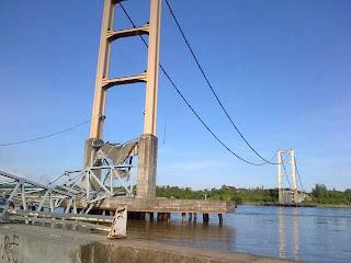 peristiwa runtuhnya jembatan tenggarong, foto jembatan tenggarong runtuh