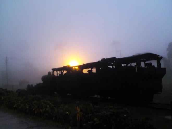 Neblina toma a cidade no fim do dia. (Paranapiacaba)