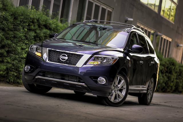 Front 3/4 view of 2013 Nissan Pathfinder