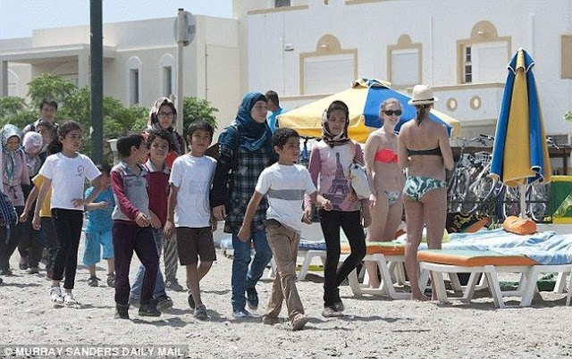 Daily Mail για ΚΩ..«Μπικίνι, ξαπλώστρες και λαθρομετανάστες»..(Εικόνες-Βίντεο)