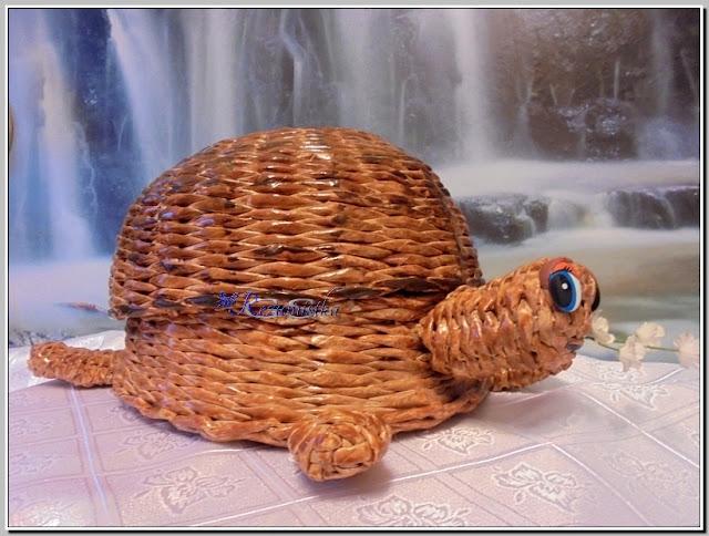 шкатулка в виде черепахи из газетных трубочек