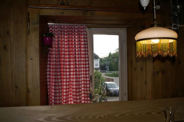 Tischdecke wird Vorhang