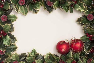 Tarjeta con bolas de navidad y decoraciones