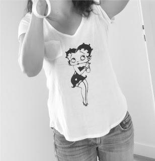 T-Shirt taille L Blanc avec petite poche en coton doux, manches courtes. Pochoir  et motif  Betty Boop. Peint à la main, peinture textile.
