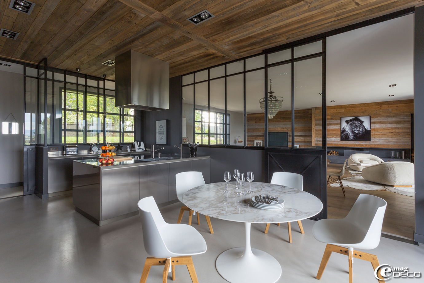Dans la cuisine de Cécile Siméone, plafond recouvert de madriers de récupération