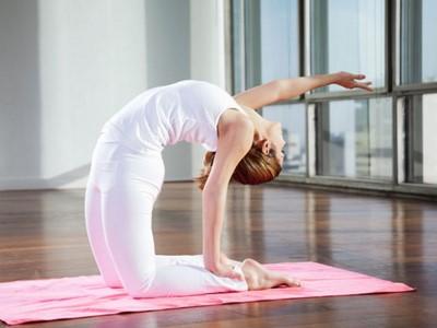 gerakan yoga untuk menurunkan berat badan agar tubuh tampak singset dan segar