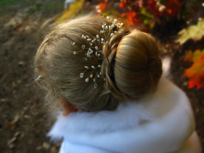 Ślubny kok z warkoczem i stroik do włosów