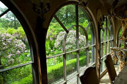 Rumah dengan kebun indah