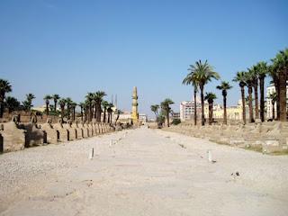 طريق أبو الهول الخاص بمعبد الأقصر الذي بناه الملك نختنبو الأول