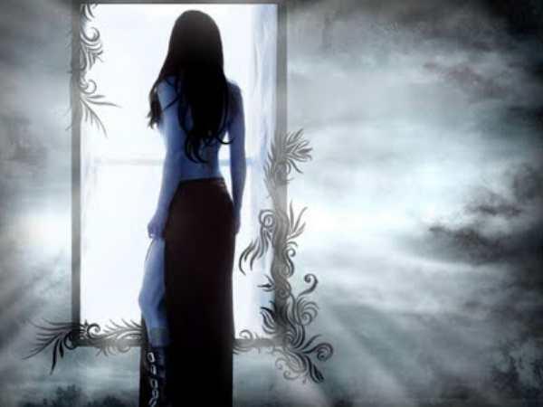 Reflejos de personas desnudas en los espejos