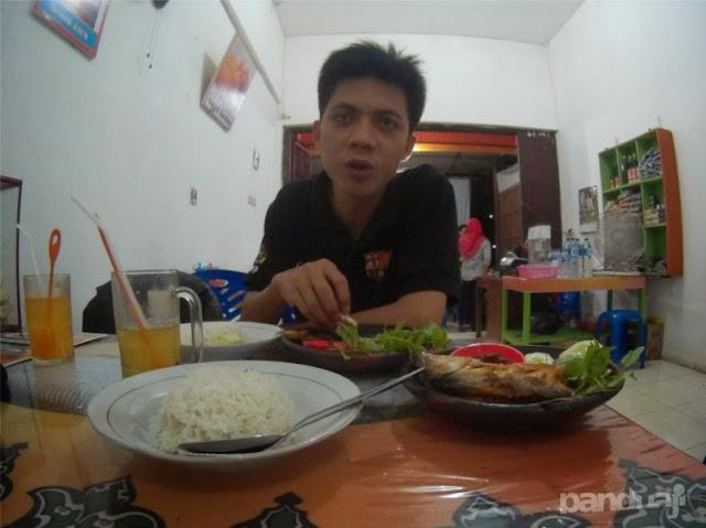 Makan Bandeng di Juwono