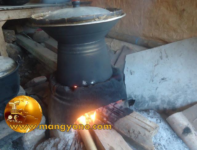 Saya kalau di kampung masak nasi masih menggunakan kayu bakar