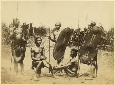 அறியாமலிருக்கும் அற்புதங்கள் Richard_Buchta_-_Zande_men_with_shields%252C_harp