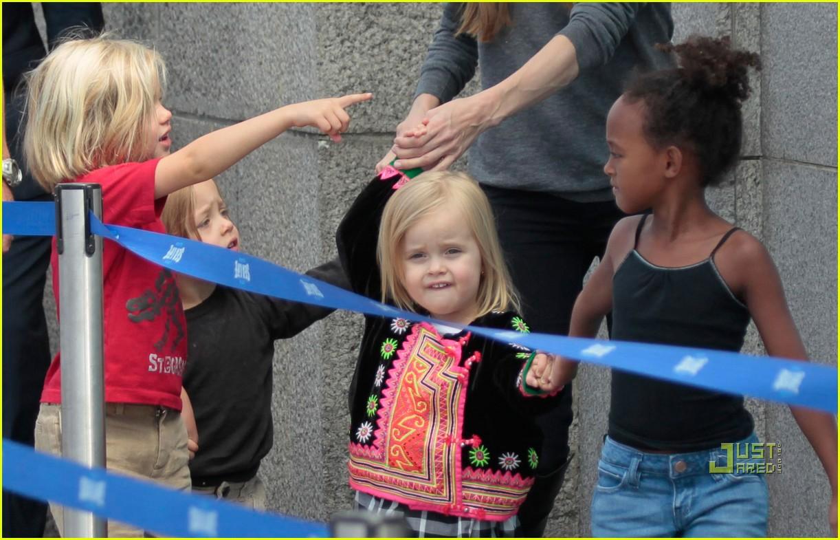 http://1.bp.blogspot.com/-wFBBdU-ozeg/Ti1xZ4t69SI/AAAAAAAABS0/JrmxYSyW9Bw/s1600/angelina-jolie-knox-vivienne-zahara-shiloh-london-aquarium-04.jpg