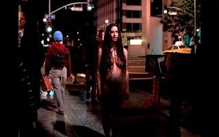 Alanis Morissette não se importou e também tirou as roupas para protagonizar o clipe de Thank You