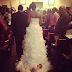 Mãe arrasta filha recém-nascida no vestido de noiva