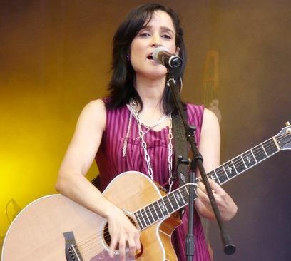 Julieta Venegas cantando en concierto