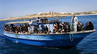 Πρόσφυγες από την Αφρική στοιβάζονται σε μια βάρκα για να φτάσουν στην Ευρώπη.