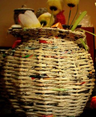 kerajinan tangan dari barang bekas, daur ulang kertas ; vas bunga