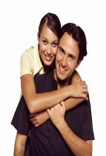 اللمسة الأنثوية تشد عزيمة الرجال و تزيد رغبتهم في المجازفة  - امرأة تحضن تحتضن رجل - woman hugging man