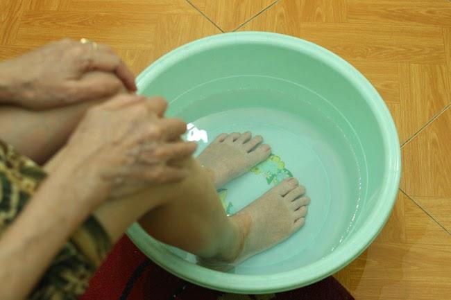 Ngâm chân vào nước ấm tốt cho xương khớp, dễ ngủ và tinh thần sảng khoái
