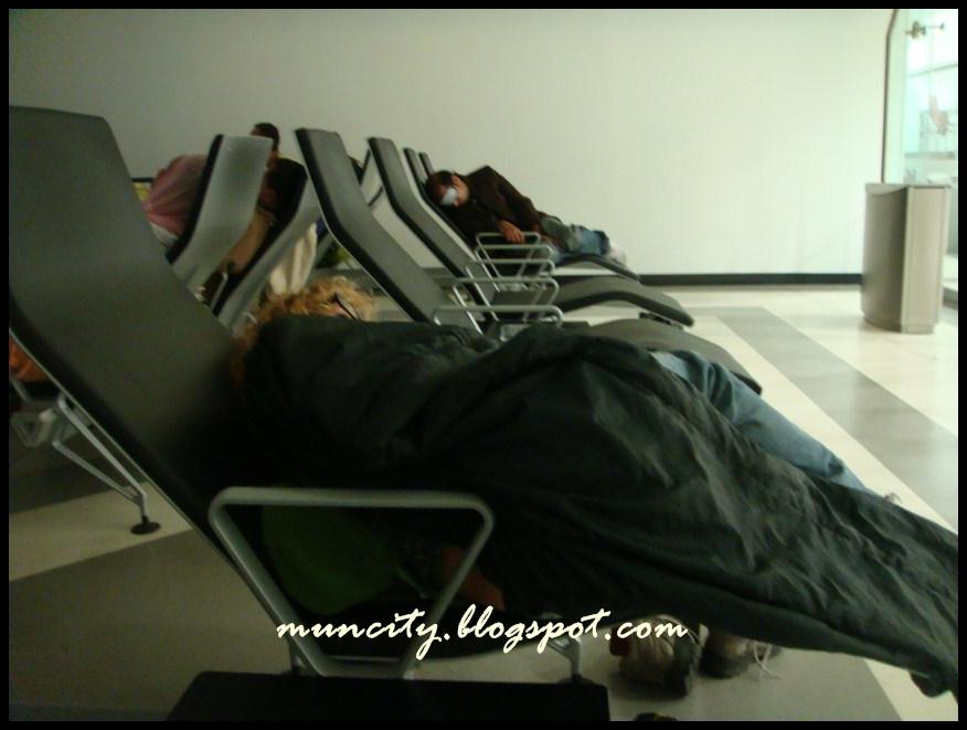 Стыковка в Дохе на семь часов с ребенком, где поспать ему?