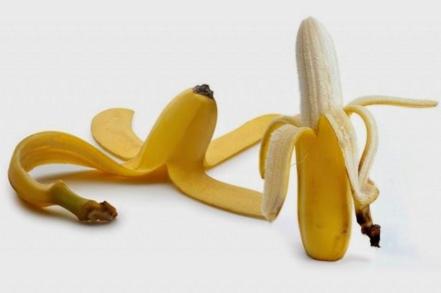 لا ترمي قشر الموز! إليك 10 استخدامات سحرية له، تبييض الأسنان والتخلص من البثور وعلاج اللسعات وغيرها