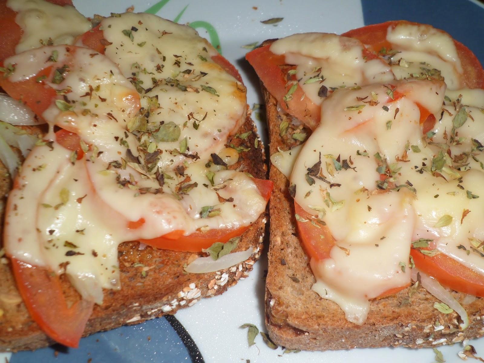 Torricado de tomate, cebola, queijo e oregãos.