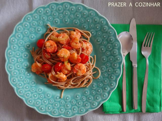 prazer a cozinhar - Massa integral com camarão. tomate e curgete