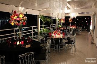 lustre cascata cristal, mesa espelho, arranjo plumas brancas, festa baile máscara