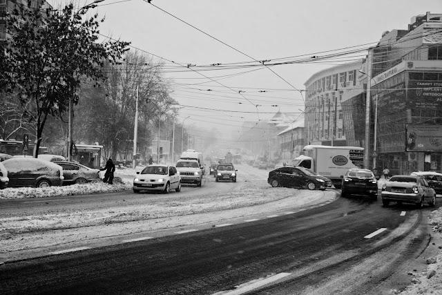 blocaj in trafic, mini blocaj, trafic, bucuresti iarna, fotoplazza, street photography, street life, street photographer, viscol, ger, iarna pe ulita, cod portocaliu, ninsori in Bucuresti