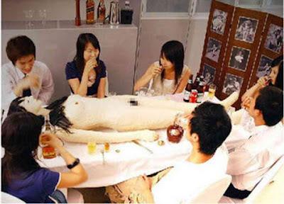 суши на голой женщине