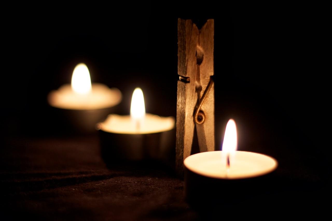 Três velas e uma mola