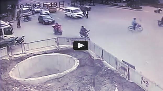 De la manera mas extraña este Motorista choca 4 veces en la misma esquina