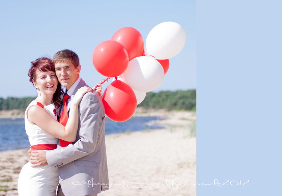 pruutpaar-valgete-punaste-ohupallidega-laulasmaal