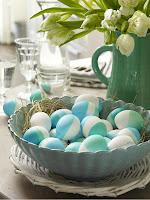 Великденска трапеза украса в синьо и зелено с яйца и цветя