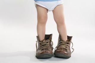 garoto,pequeno,tirando,roupa