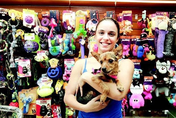 Bruna Silvério com a cachorrinha Joaquina. A dona gasta cerca de R$ 150 por mês Foto:  Paulo Araújo / Agência O Dia