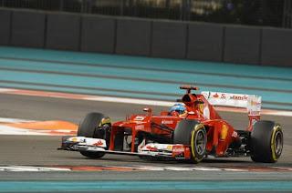 Fernando Alonso tomando curva