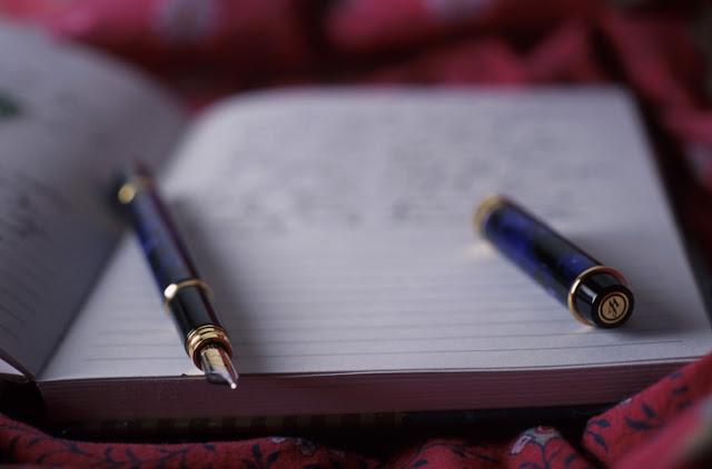 """A maior parte das segunda fases dos vestibulares está por vir e com elas, as provas de redação. Tão temida por alguns alunos, esta prova exige leitura, conhecimento, vocabulário e boas ideias. Porém, mesmo combinados, estes ingredientes não garantem um dez na hora da correção. Conhecer """"o esqueleto"""" de uma dissertação é essencial para que se faça textos completos, estruturados, gostosos de se ler e criativos. Não existe fórmula para compor uma boa redação, é verdade; mas com com a nossa explicação sobre cada parte da redação e algumas dicas, é possível que você melhore (e muito) a sua média! É tudo uma questão de: planejamento."""