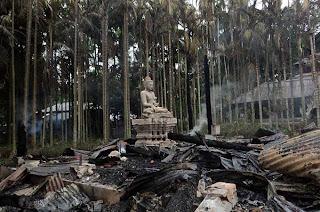 ဘဂၤလားေဒ့ရွ္ႏုိင္ငံရိွ ဘုန္းႀကီးေက်ာင္းမ်ား၊ ေနအိမ္မ်ားကုိ မူဆလင္တုိ႔ မီးရိႈ႕ – Bangladesh: Muslims torch Buddhist temples, homes