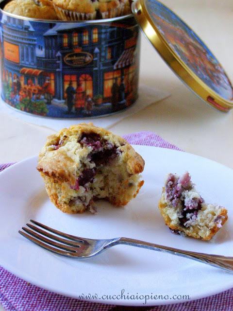 Delicioso muffin de cereja com iogurte
