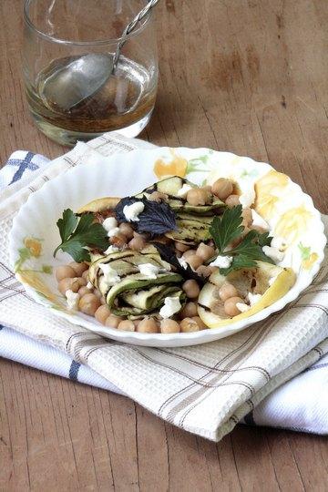 Салат с нутом, запеченными кабачками и лимоном