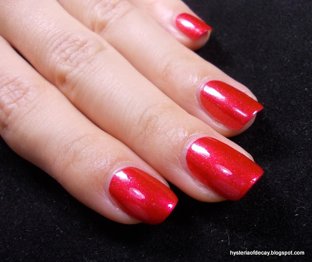 essence-arriba-red-corazon-shimmer-polish-trend-edition
