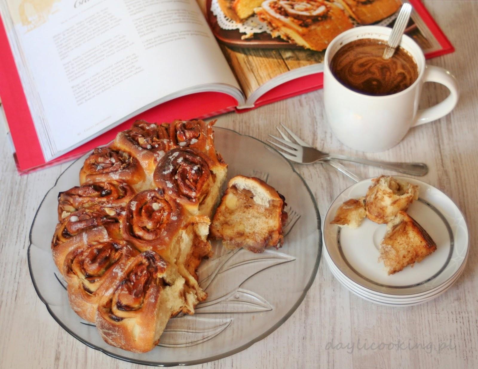 Ciasto rozetowe, czyli drożdżowiec z dżemem i migdałami