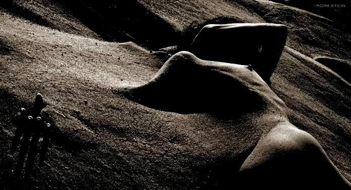 """Poema, PASIÓN, de Nizar Qabbani; Fotografía de autor desconocido; Libro de Referencia:Carlos Morales, """"Coexistencia (Antología de poesía israelí –árabe y hebrea– contemporánea"""", Ed. El Toro de Barro, Carlos Morales ed."""