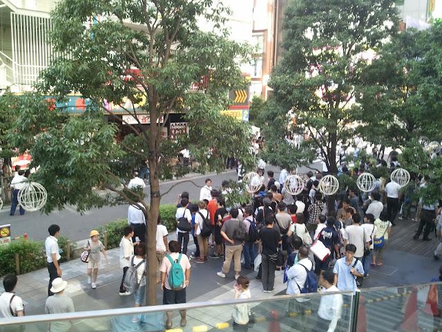 8月27日AKB48前田敦子あっちゃんの卒業式の日にAKB48劇場裏口周辺でメンバーを待つ大勢のファンその3